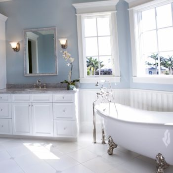 Beautifull-Traditional-White-And-Blue-Bathroom